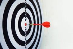 Dardo rojo a bordo meta de la blanco del golpe de la dirección correcta Juego de la competencia para ganar el foco en el logro co foto de archivo