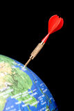 Dardo vermelho em um globo Fotografia de Stock Royalty Free