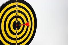 Dardo vermelho no centro da placa de dardo Imagens de Stock