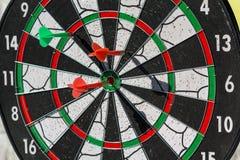 Dardos coloridos em um close-up do alvo Imagens de Stock