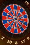 Dardos de jogo no alvo Imagens de Stock Royalty Free