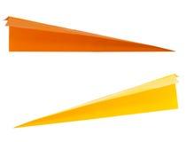 Dardos de papel amarelos e alaranjados, setas, aviões isolados no whi Imagens de Stock