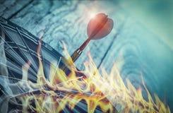 Dardos en diana en la pared de madera con la llama, inversión empresarial que confían en la precisión lejos libre illustration
