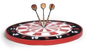 Dardos que batem o bullseye no branco Imagens de Stock