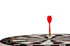 Dardos rojos que golpean el centro de la blanco Foto de archivo libre de regalías