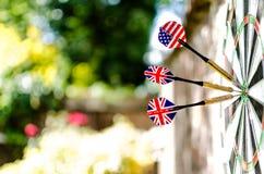 Dardos temáticos británicos y americanos en la diana Fotografía de archivo libre de regalías