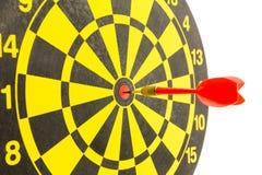 Dardos vermelhos no bullseye do alvo Imagens de Stock