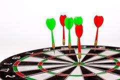 Dardos vermelhos que batem o centro do alvo Imagens de Stock Royalty Free