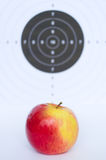 Dards dans la pomme Photographie stock libre de droits