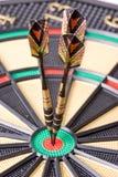 Dards dans le dartboard Photographie stock libre de droits