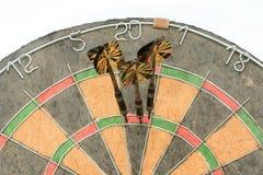 Dards frappant la place du triple 20 pour gagner le jeu de cricket Images libres de droits