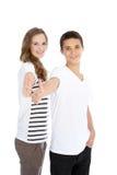 Dare adolescente della sorella e del fratello pollici in su Fotografia Stock Libera da Diritti