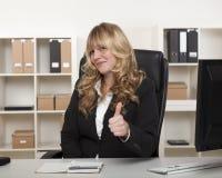 Dare attraente della donna di affari pollici su Fotografia Stock