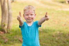 Dare del ragazzo pollici in su Fotografie Stock