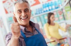 Dare dell'impiegato del supermercato pollici su Immagine Stock Libera da Diritti