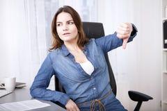 Dare della donna di affari pollici giù gesture Fotografia Stock