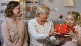 Dare della nonna e della madre presenta alla ragazza della scuola, incoraggiante per studiare bene archivi video
