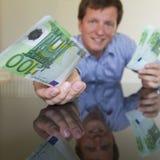 Dare euro 100 Immagini Stock