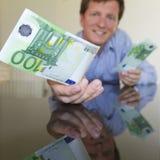 Dare euro 100 Fotografie Stock Libere da Diritti