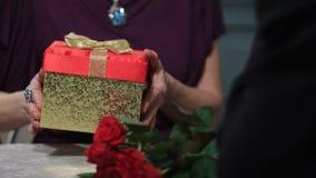 Dare maschio senior delle mani presente alla sua moglie video d archivio