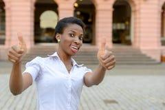 Dare motivato entusiasta della donna pollici su Immagini Stock Libere da Diritti