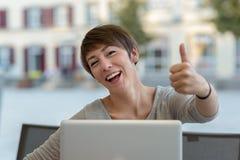 Dare motivato felice della donna di affari pollici su Fotografie Stock Libere da Diritti