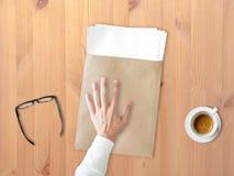 Dare più documento di lavoro immagine stock libera da diritti