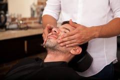 Dare un massaggio di fronte fotografie stock libere da diritti