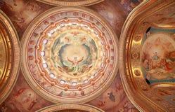 Dargestellte Decke nahe Bogen innerhalb der Kathedrale Lizenzfreie Stockbilder