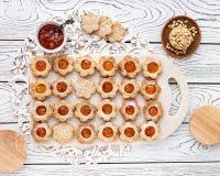 Dargestellte Kekse in Form von Kamille stockbild