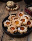Dargestellte Kekse in Form von Kamille lizenzfreie stockfotos
