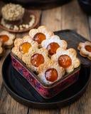 Dargestellte Kekse in Form von Kamille stockbilder