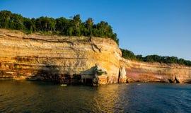 Dargestellter Felsen-Staatsangehöriger Lakeshore mit Kayakers, Michigan Lizenzfreies Stockfoto