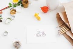 Dargestelltes Fahrrad mit Zeichnungsversorgungen Stockfoto