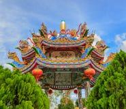 Dargon statua na świątynia dachu, smok statua na porcelanowym świątynia dachu jako azjatykcia sztuka Fotografia Stock