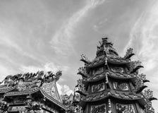 Dargon statua na świątynia dachu, smok statua na porcelanowym świątynia dachu jako azjatykcia sztuka Zdjęcie Stock