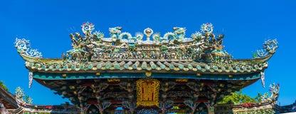 Dargonstandbeeld op Heiligdomdak, draakstandbeeld op de tempeldak van China als Aziatisch art. stock afbeeldingen