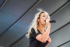 Darian唱歌在阶段的勒妮 库存图片