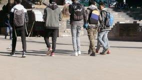 Darjeeling Indien - Maj 2018: Grupp av att le v?nner som g?r p? v?gen p? dagtid tillbaka sikt Kantjusterad bild gyckel som har fo fotografering för bildbyråer
