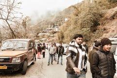 Darjeeling Indien 1st Januari 2019: Station för bergöverkantkulle av Darjeeling i molnig himmel med himalayan berg som omger den, royaltyfri foto
