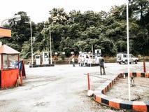 Darjeeling västra Bengal Indien - 1 Maj 29, 2018: Sikt av stationen för HP bensinpump Hindustan olja HP är den indiska staten ägd royaltyfria foton