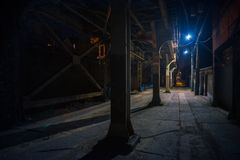 Free Dark And Eerie Urban City Alley At Night Stock Photo - 130038630