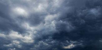 Dark clouds before thunderstorm Royalty Free Stock Photos