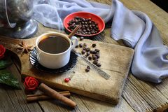 Coffee cup and coffee beans on wooden table Royalty Free Stock Photography