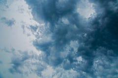 Dark die donderwolken, recht vóór een onweer bedreigen Stock Foto's