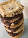 dark för chipchokladkakor mjölkar bunten Arkivfoto
