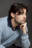 Dark-haired думать человека стоковые изображения rf