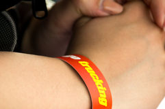Dark skinnned man with inspirational wrist band Royalty Free Stock Photography