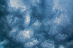 Dark threatening thunder clouds, right before a storm Royalty Free Stock Photos