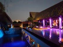 Darknight budynek z sztucznym jeziorem obraz royalty free